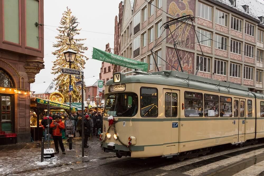 Auf seiner Fahrt in Richtung Fechenheim passiert der O-Wagen 111 den Frankfurter Weihnachtsmarkt in der Innenstadt.