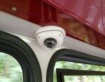Kamera an der Decke in der Bahn zur Überwachung des Fahrgastraumes.