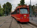 """Wagen 912 (ehemals Ptb 697) an der Zentralhaltestelle """"Plac Sikorskiego"""" in Bytom."""