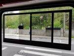 Neue Seitenschiebefenster statt ehemals Klappfenster ermöglichen es, den Kopf gänzlich aus dem Fahrzeug ragen zu lassen.