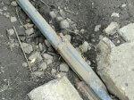 Kaputte Schiene auf steinig und erdigem Boden