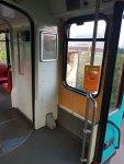 Einige der Fahrgastsitze wurden entfernt. Hierdurch entsteht mehr Stauraum für z.B. Kinderwagen.