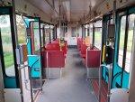 Fahrgastinnenraum mit roten Sitzen