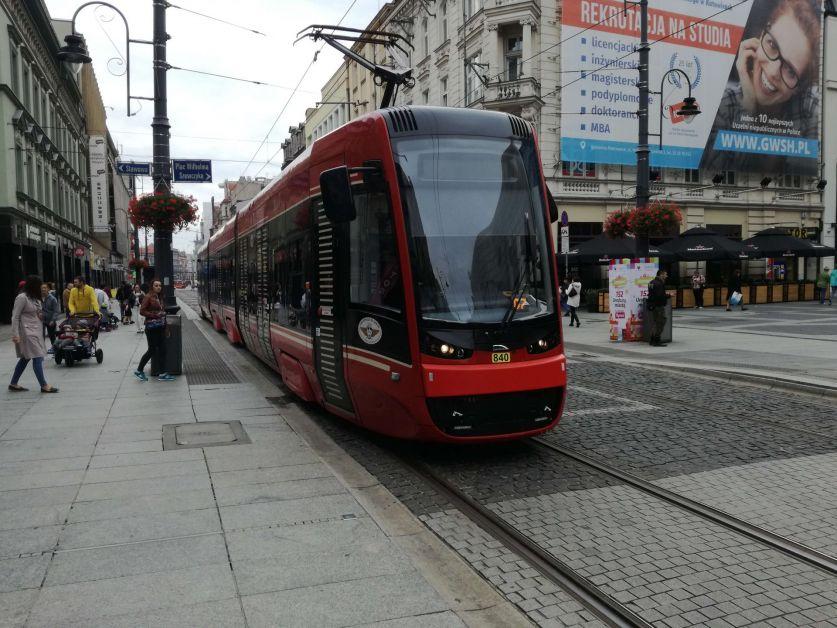 Bahn mit Niederflur unterwegs in der Innenstadt in Polen.
