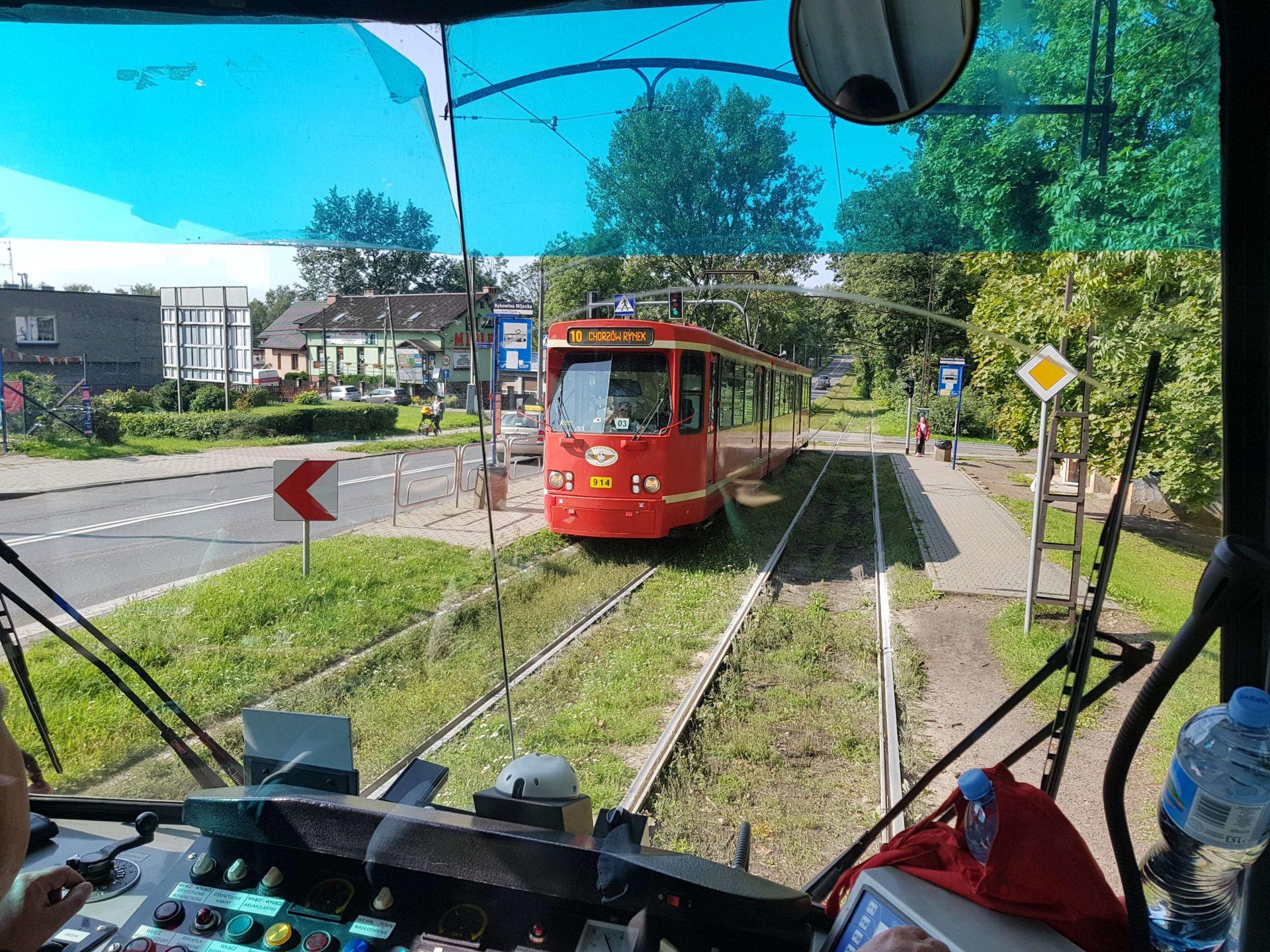 Rote Bahn in grüner Umgebung