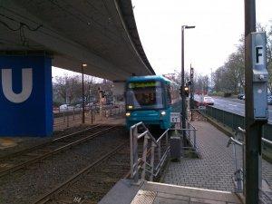 Einfahrende U-Bahn-Haltestelle Heddernheim