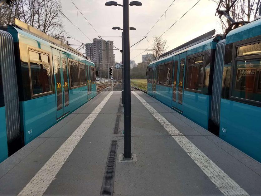 Zwei Bahnen warten am Bahnsteig