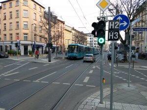 Der U5-Triebwagen darf auf der Eckenheimer Landstraße Straßenbahn spielen