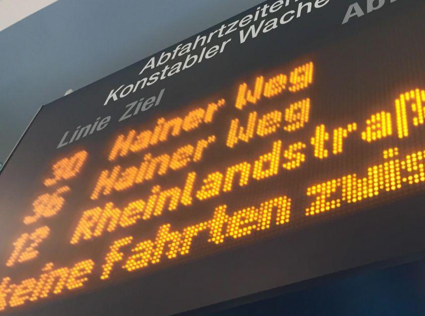 Großaufnahme Fahrgast-Info Tafel