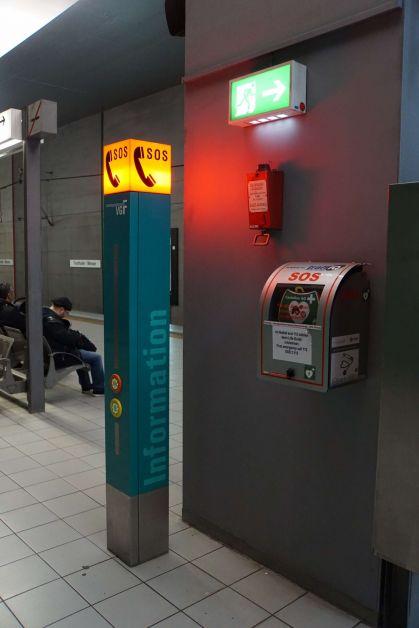 "Station ""Festhalle / Messe"": SOS-Notruf auf dem Bahnsteig."