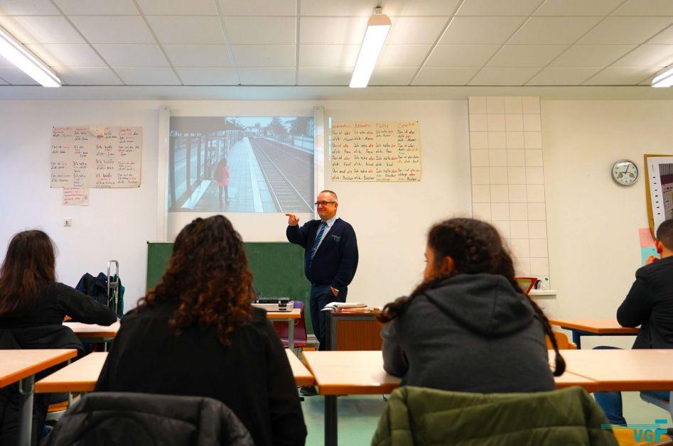 Klaus Peter Düwel von der VGF informiert die Klasse über Sicherheit im Umgang mit Bahnen