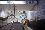 Bauarbeiter stehen in der Grube, in dier die neue Rolltreppe eingesetzt wird und bereiten den Einbau vor.