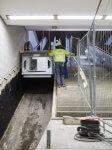 Bauarbeiter beim Einbau eines neuen Rolltreppensegments