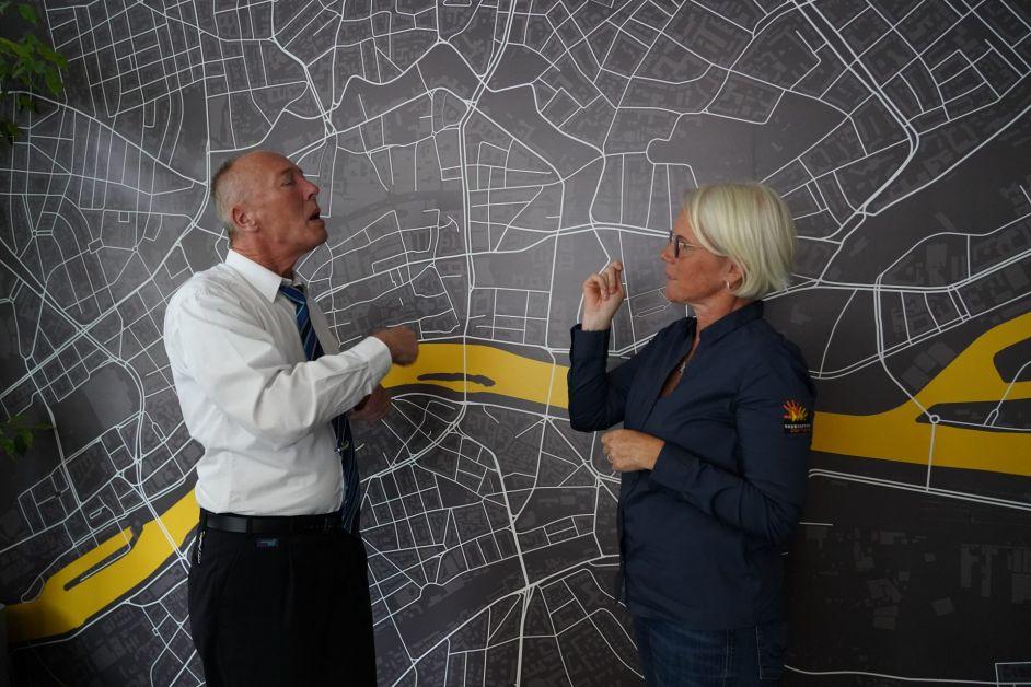 VGF-Servicemitarbeiter Rolf Herzberger im Gespräch mit Trainerin Tanya Del Boccio