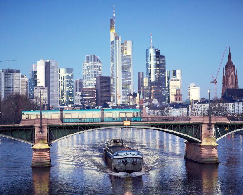 Straßenbahnbrücke vor der Frankfurter Nacht-Skyline