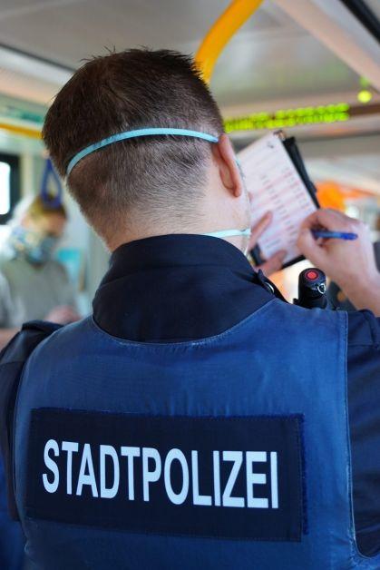 Stadtpolizist schreibt Notizen in der Straßenbahn auf
