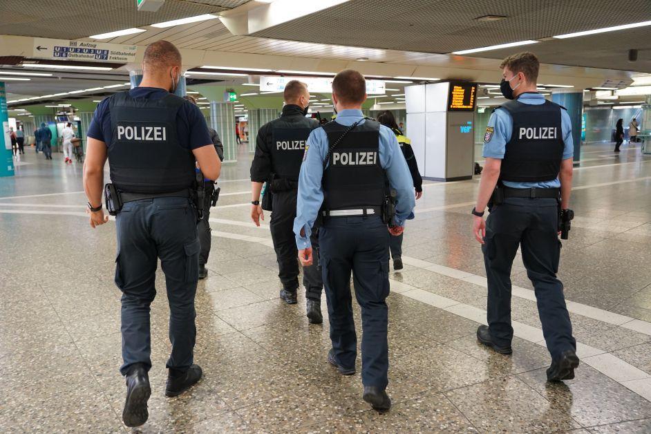 Polizei mit Masken laufen durch die B-Ebene