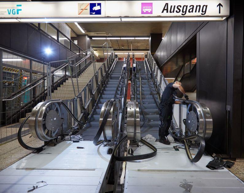Bauarbeiter bei den Bauarbeiten an der Rolltreppe